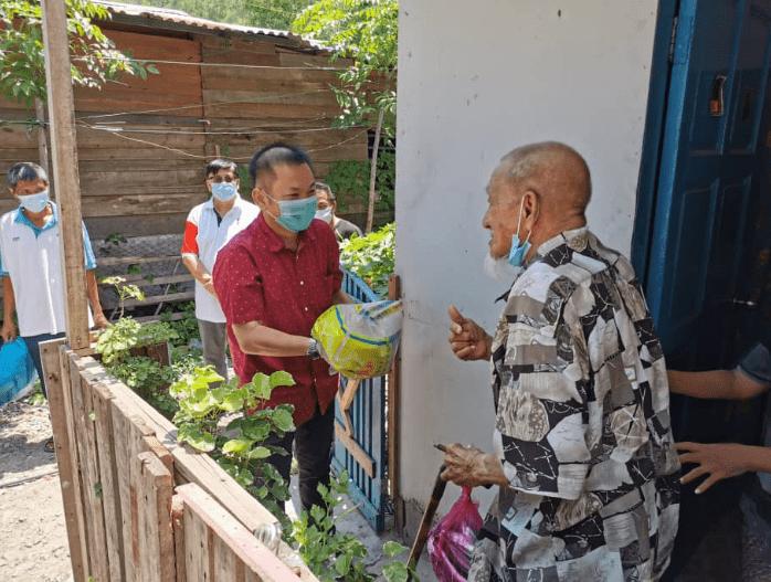 KK MP's office distributes RM50,000 food aid